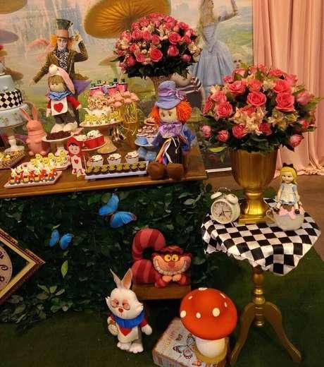 13. Arranjo de rosas e bonecos dos personagens para decoração de festa Alice no País das Maravilhas – Foto: Alessandra Braga