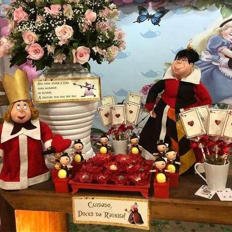 14. Arranjo de rosas e bonecos de personagens para decoração de festa Alice no País das Maravilhas – Foto: Ateliê Temático