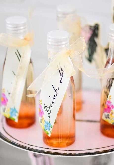 15. Bebidas em garrafas decoradas para festa de quinze anos Alice no País das Maravilhas – Foto: Pinterest