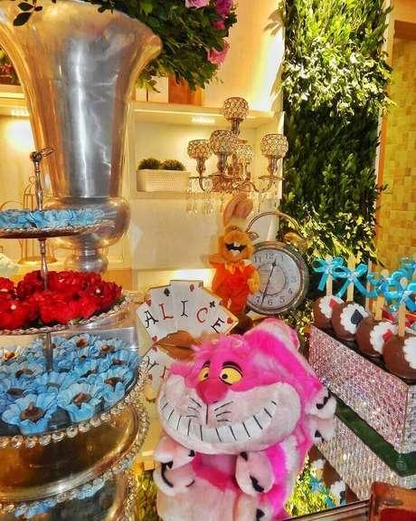 16. Bichinhos de pelúcia dos personagens para decoração de Alice no País das Maravilhas festa infantil – Foto: Munhoz Decorações