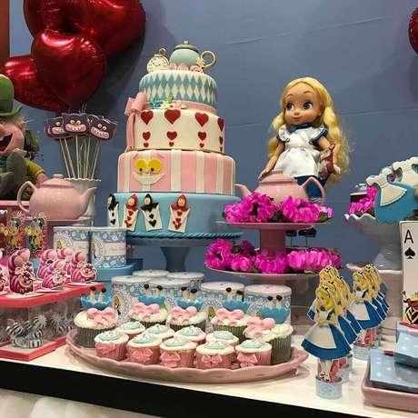 17. Bolo 4 andares e doces personalizados para Alice no País das Maravilhas festa infantil – Foto: Mix Festas