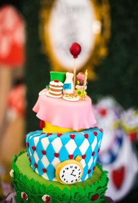 18. Invista em bolos personalizados com pasta americana para decoração de festa Alice no País das Maravilhas – Foto: Catch My Party