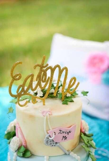19. Bolo decorado para festa Alice no País das Maravilhas simples – Foto: Pinterest