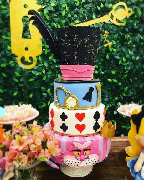 20. Lindo bolo personalizado para festa Alice no País das Maravilhas – Foto: Vilarejo Festas