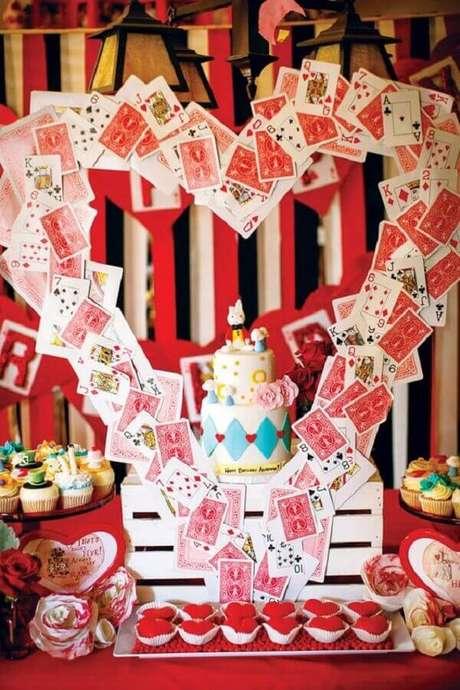 21. O branco e vermelho também são cores muito usadas para decoração de festa Alice no País das Maravilhas – Foto: Segredos da Vovó