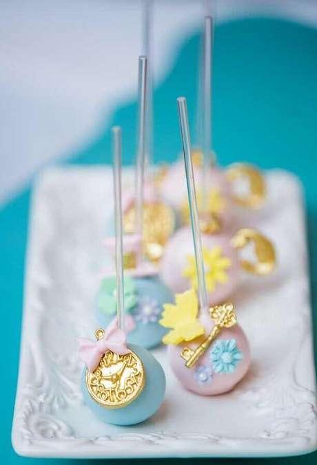22. Cake pop personalizado para festa de quinze anos Alice no País das Maravilhas – Foto: Pinterest