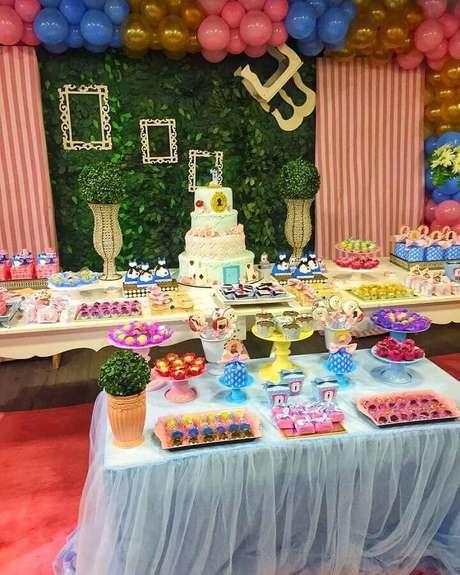 23. Decoração colorida com painel de folhagens para festa Alice no País das Maravilhas – Foto: Divinus Atelier