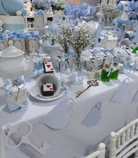 26. Decoração de festa Alice no País das Maravilhas azul e branca – Foto: Catch My Party