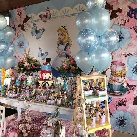 5. Decoração em azul e rosa para Alice no País das Maravilhas festa infantil – Foto: Iara Marinho