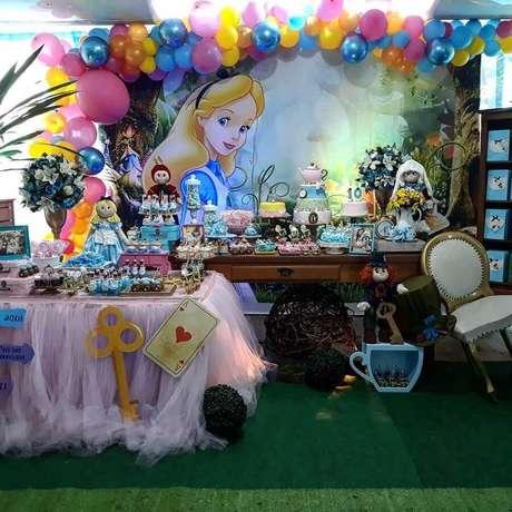 8. Invista em uma decoração bem divertida para a Alice no País das Maravilhas festa infantil – Foto: Espaço Le Petit Festas