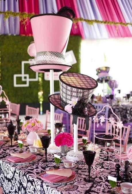 24. Chapéus também podem ser usados para fazer a decoração de festa Alice no País das Maravilhas – Foto: Iconic Event Studios