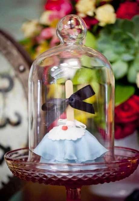 27. Docinhos decorados dentro de redomas para decoração de festa de quinze anos Alice no País das Maravilhas – Foto: Pinterest