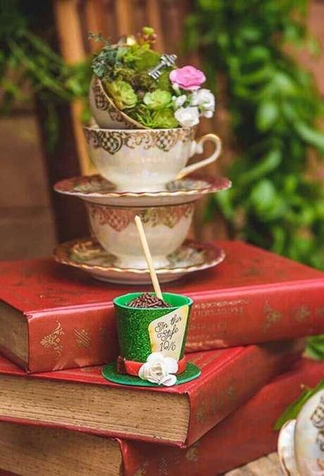 28. Decoração de festa Alice no País das Maravilhas com xícaras clássicas e livros – Foto: Sweet Decor