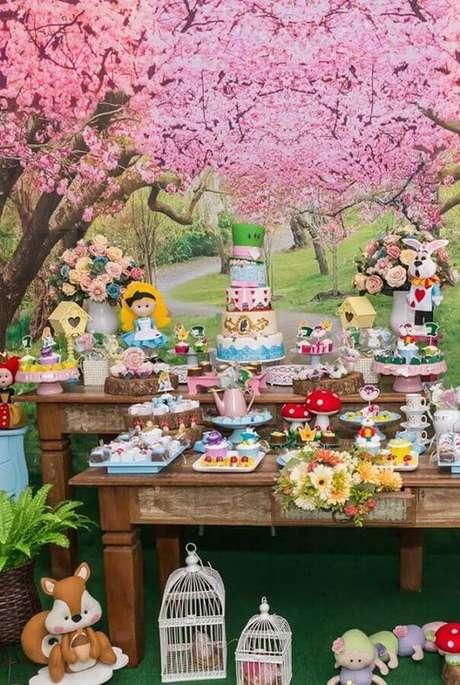 2. O painel com muitas flores deu um toque mágico na decoração de Festa Alice no País das Maravilhas – Foto: Ultimas Decoração