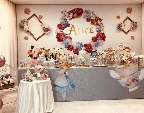 4. Alguns elementos como cartas e xícaras não podem ficar de fora da decoração de festa Alice no País das Maravilhas – Foto: Mabi Decor