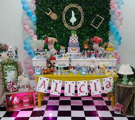 25. Decoração de festa Alice no País das Maravilhas simples com tapete preto e branco quadriculado – Foto: Ultimas Decoração