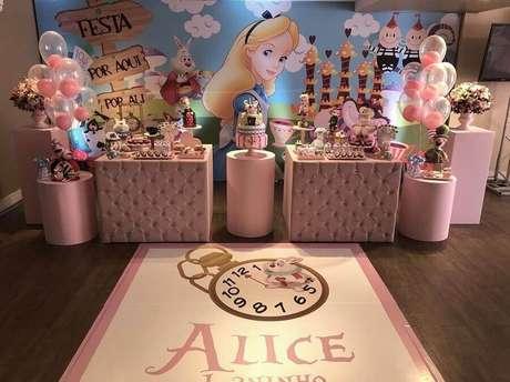 30. Decoração cor de rosa para Alice no País das Maravilhas festa infantil – Foto: Hopi Casa de Festa