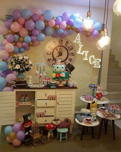 32. Decoração de festa Alice no País das Maravilhas simples com arranjo de bexigas coloridas – Foto: Jardim Secreto Festas