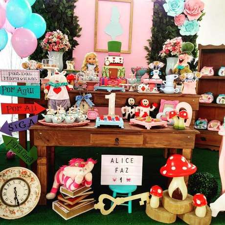 33. Flores de papel de mesas de madeira para decoração de festa Alice no País das Maravilhas simples – Foto: Magic Decorações