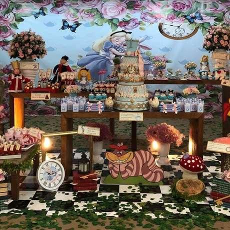 34. Festa de quinze anos Alice no País das Maravilhas decorada com bolo personalizado e muitas rosas – Foto: Happy Fest