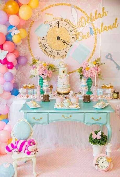 35. Decoração delicada em tons pastéis e com balões coloridos para festa Alice no País das Maravilhas – Foto: Catch My Party