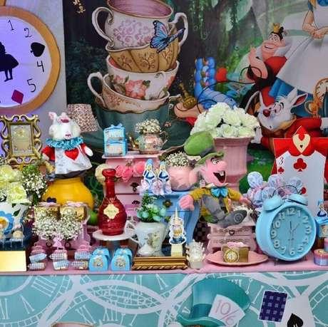 36. Alice no País das Maravilhas festa infantil decorada com muitos detalhes coloridos e bonecos dos personagens – Foto: ChicChicChic