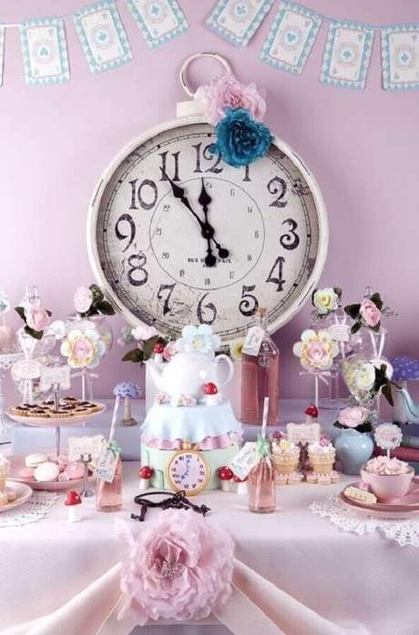 37. Delicada decoração em rosa e lilás para Alice no País das Maravilhas festa infantil – Foto: ArchZine