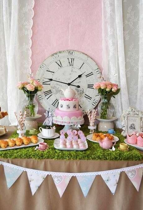 39. Delicada decoração de festa Alice no País das Maravilhas simples com bolo decorado 2 andares com bule no topo – Foto: A Minha Festinha
