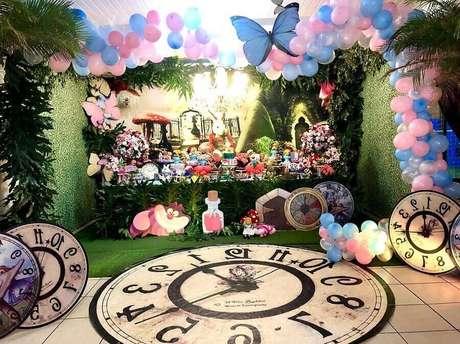 40. Detalhes para decoração de festa Alice no País das Maravilhas com grande tapete em formato de relógio e balões com borboletas – Foto: Melissa Azevedo