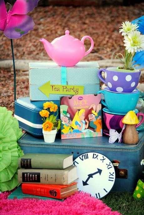 41. Livros, bules e xícaras podem ser usados para incrementar a decoração de festa Alice no País das Maravilhas – Foto: The Cake Boutique