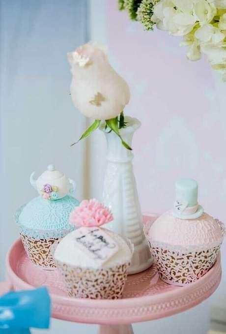 42. Delicados doces decorados para festa Alice no País das Maravilhas – Foto: Ultimas Decoração