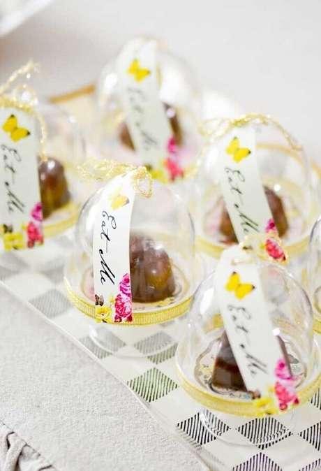 43. Lindos doces decorados dentro de mini redomas para festa de quinze anos Alice no País das Maravilhas – Foto: Pinterest