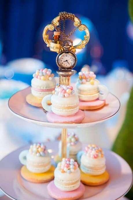 44. Doces decorados para festa de quinze anos Alice no País das Maravilhas com prato super delicado com detalhe em relógios – Foto: Catch My Party