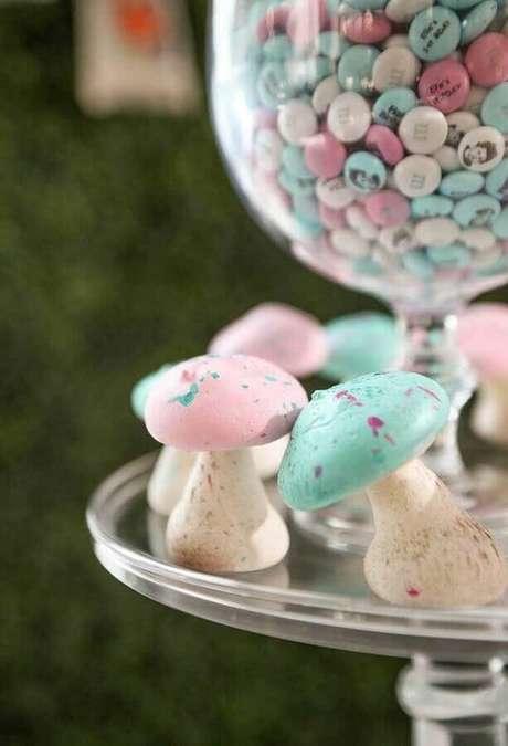 46. Doces decorados em formato de cogumelos coloridos para Alice no País das Maravilhas festa infantil – Foto: Catch My Party