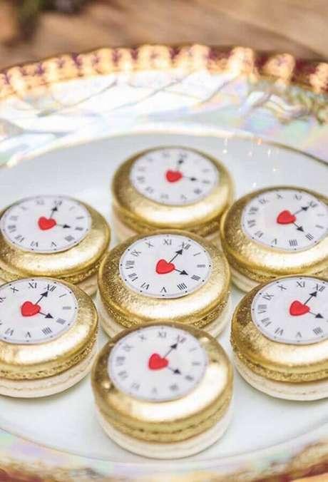 47. Lindos doces decorados em formato de relógio para festa de quinze anos Alice no País das Maravilhas – Foto: Catch My Party