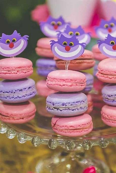 48. Alice no País das Maravilhas festa infantil com macarons rosa e lilás decorados com rostinho do gato sorridente – Foto: Ultimas Decoração