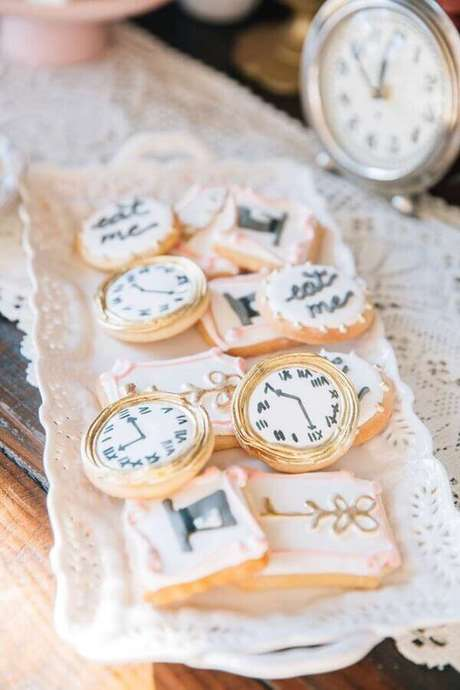 50. Doces decorados em formato de relógio e chaves para festa de quinze anos Alice no País das Maravilhas – Foto: The Cake Boutique