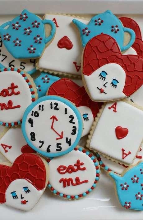 51. Doces personalizados com elementos da história para decoração de festa Alice no País das Maravilhas – Foto: Ultimas Decoração