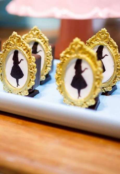 52. Docinhos decorados para festa de quinze anos Alice no País das Maravilhas – Foto: Pinterest
