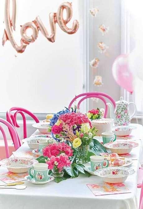 54. Festa Alice no País das Maravilhas simples decorada com arranjo de flores e louças românticas – Foto: Catch My Party