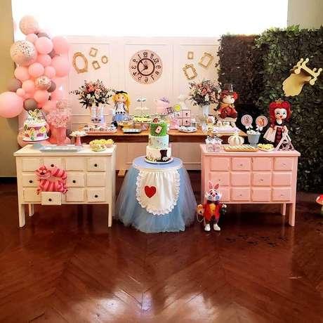 55. Decoração de festa Alice no País das Maravilhas simples com balões cor de rosa e móveis antigos – Foto: 3 Em Ação Festas