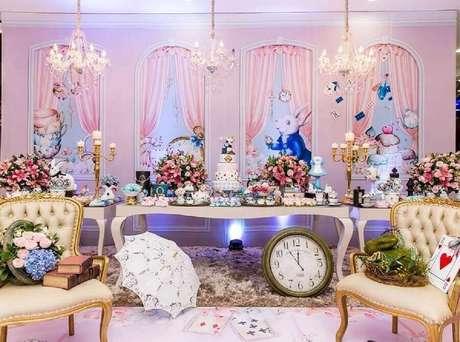 7. Linda decoração de festa quinze anos Alice no País das Maravilhas toda em rosa com lustre candelabro – Foto: Bete Sichieri