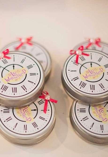 67. Caixinhas de lembrancinhas em formato de relógio para Alice no País das Maravilhas festa infantil – Foto: Pinterest