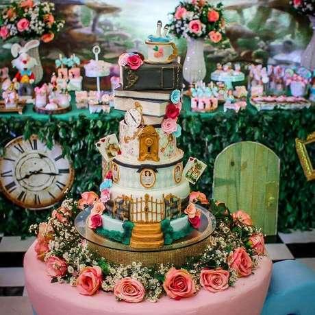 68. Linda decoração de festa Alice no País das Maravilhas com bolo super elaborado e arranjos de rosas – Foto: Sonh'Artee