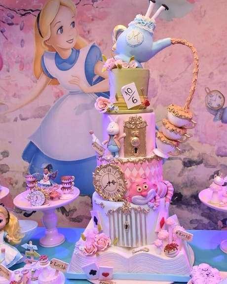 70.Lindo bolo personalizado para Alice no País das Maravilhas festa infantil – Foto: Solange Cake