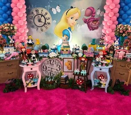 71. Mesa colorida decorada com vários elementos da história para festa Alice no País das Maravilhas – Foto: Gleison Vieira Festas