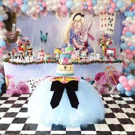 72. Delicada decoração para mesa de festa de quinze anos Alice no País das Maravilhas – Foto: Ateliê das Gêmeas