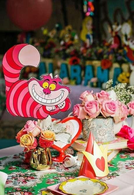73. Mesa de convidados decorada para Alice no País das Maravilhas festa infantil – Foto: A Minha Festinha