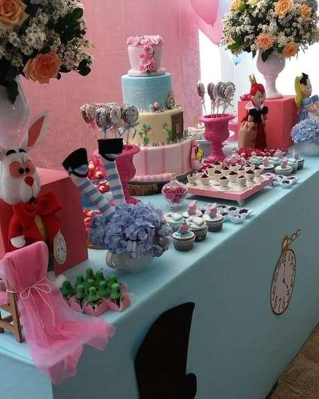 74. Mesa de doces decorada em azul e rosa para festa Alice no País das Maravilhas – Foto: N&L Decorações