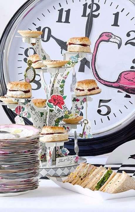 75. Mesa de lanches decorada para festa Alice no País das Maravilhas – Foto: Pinterest